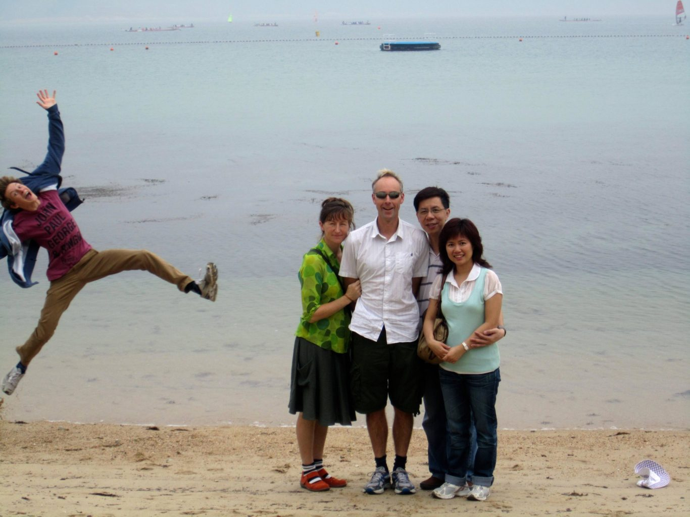 Awesome_photobomb_on_a_beach